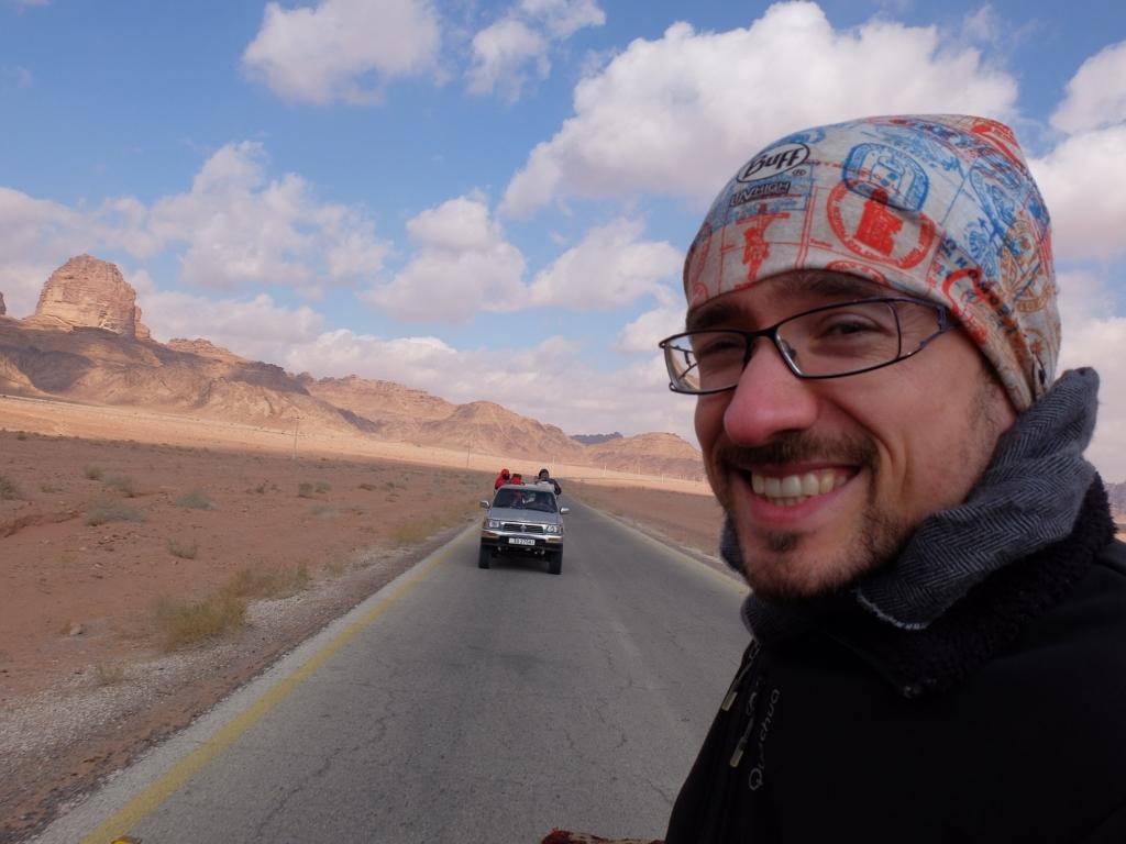 Un bell'uomo a spasso nel deserto della Giordania